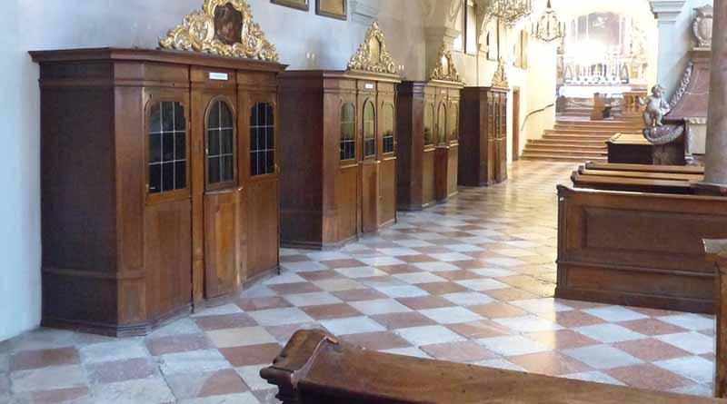 """""""Acto gravísimo"""" sacerdotes que usan celular en confesionario Vaticano"""