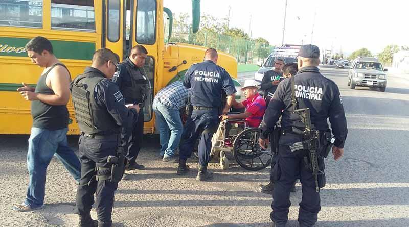 Encadena su silla de ruedas a camión de pasajeros para protestar por mal servicio a discapacitados