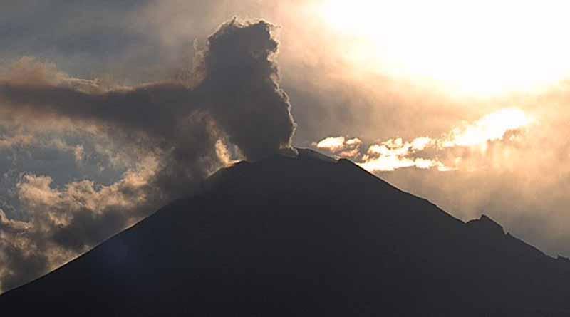 Amanece el volcán Popocatépetl con incandescencia