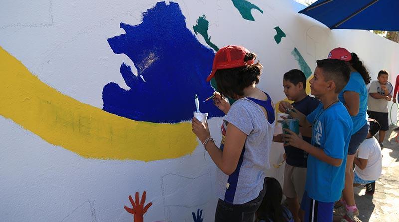 Participan niños y niñas en la pinta de bardas con la temática de sus derechos