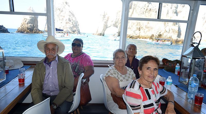Ofrecen a los adultos mayores, paseo por la Bahía de Cabo San Lucas