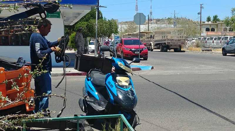 Motociclista sufre lesiones graves al ser atropellado por camión de la SEDENA