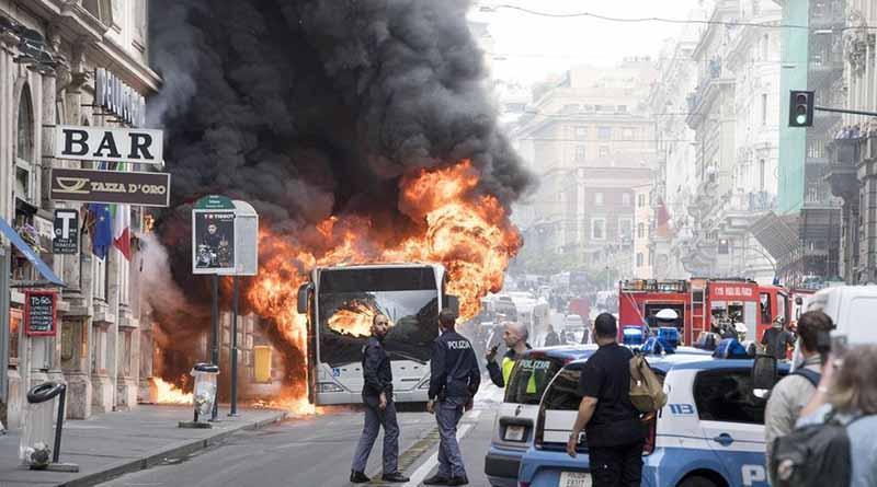 Se incendia autobús en el centro de Roma y una persona resulta herida