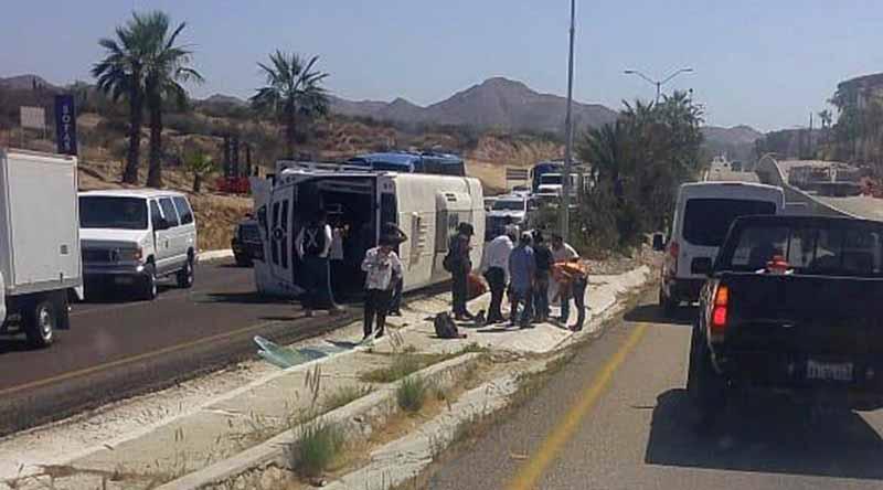 Vuelca camión de transporte de personal de hotel en corredor turístico