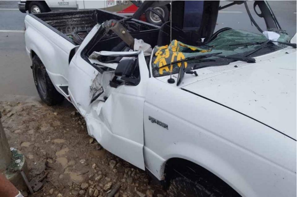 Lluvias provocan accidente con un muerto en CSL, camioneta choca contra poste