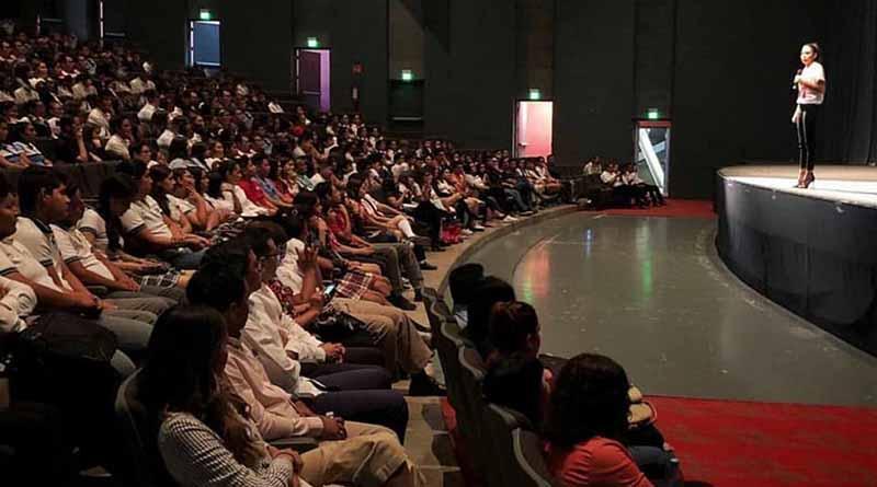 Realizan conferencia motivacional para jóvenes