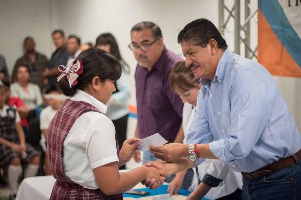 Cumple DIF Municipal La Paz con entrega de becas FORTAMUN