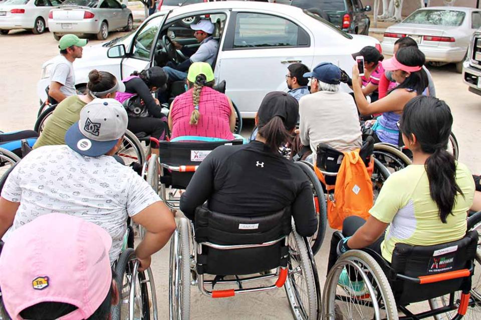 Realizan práctica de manejo en vehículo con adaptación para personas con discapacidad