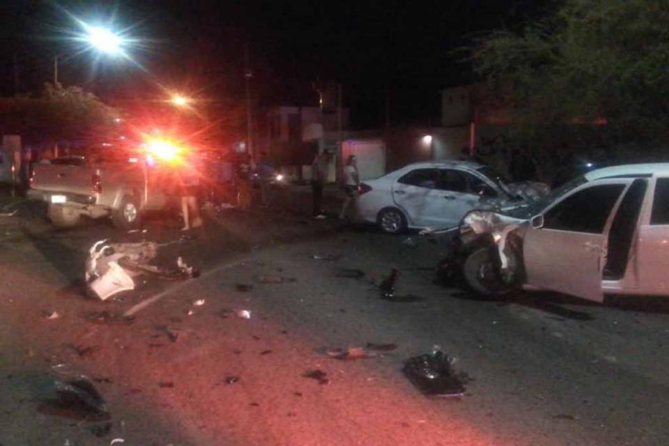 En La Paz, resultan varias personas lesionadas en aparatoso choque de autos