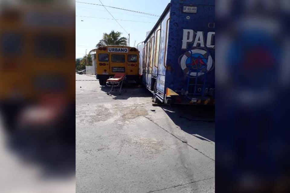 Fuerte choque entre camión repartidor de cerveza y urbano deja 3 lesionados en El Zacatal