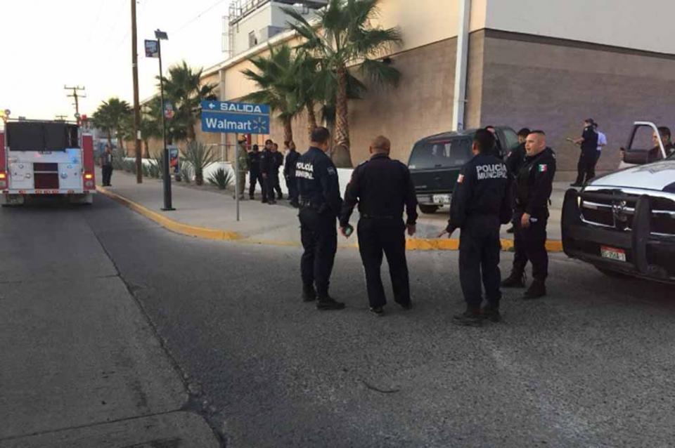 Conductor en estado de ebriedad choca contra muro de supermercado en La Paz