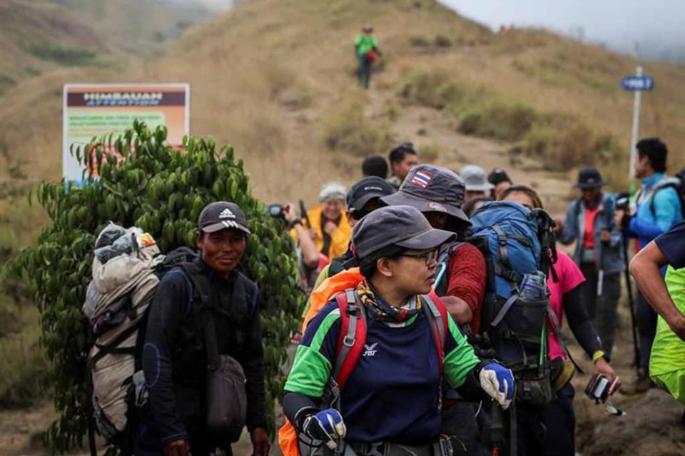 Rescatan a los más de 500 turistas atrapados en volcán de Indonesia