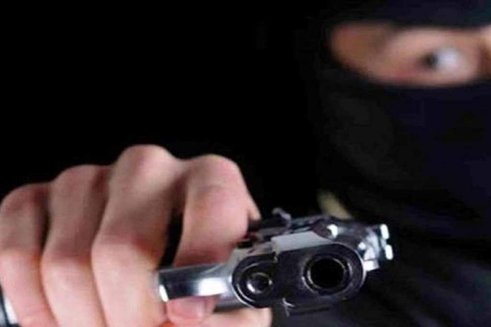 Los esposan y amenazan con pistola para robarles el auto en playa El Tesoro