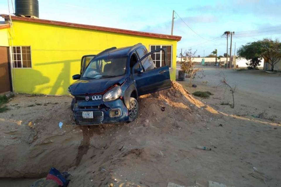 Conductor y acompañante sufren volcadura y se dan a la fuga en Guerrero Negro