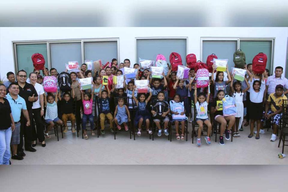 Feliz regreso a clases para los hijos de los trabajadores de la CROC; reciben útiles escolares, mochilas y tablet