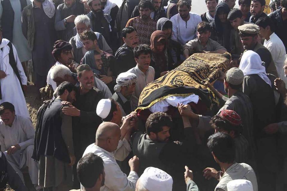 Aumentan a 35 los muertos en atentado contra mezquita chiita en Afganistán, reivindicado por EI
