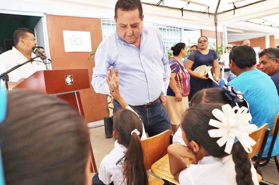 Inaugura Carlos Mendoza primera alberca profesional en Loreto
