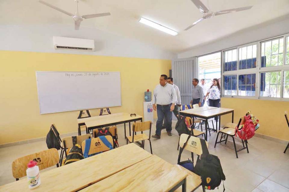 Inaugura Gobernador tres nuevas aulas en escuela de la comunidad de el campamento