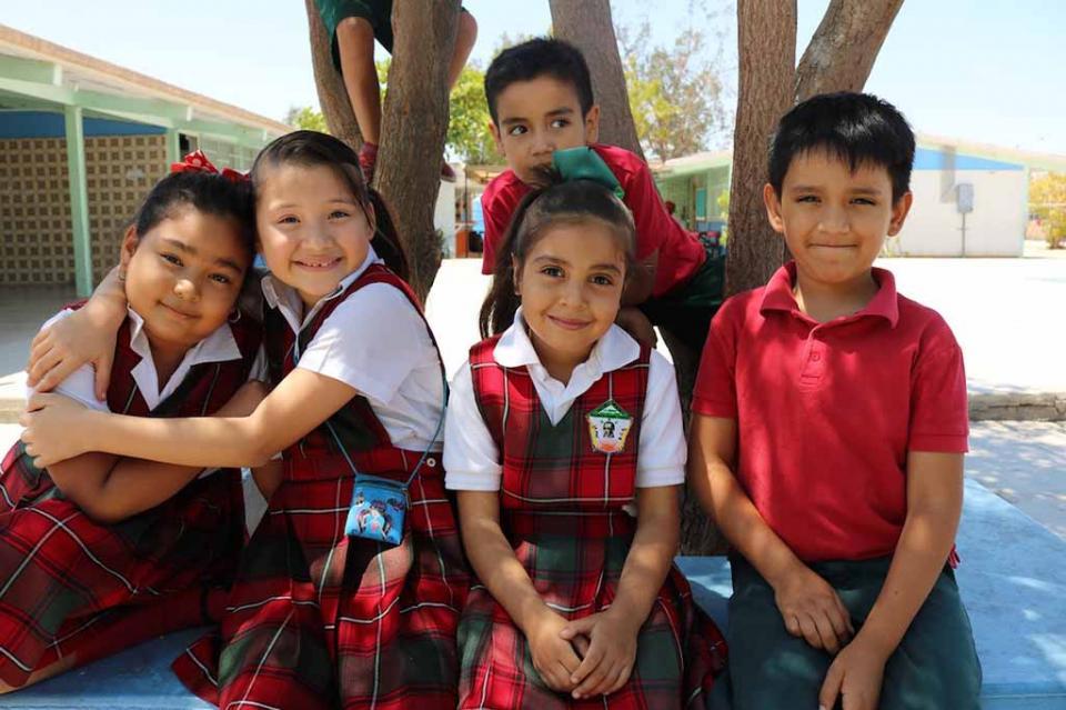 Se benefician a más de 108 mil alumnos de BCS con vales para uniformes escolares
