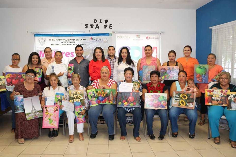 Mujeres de la colonia Santa Fe participaron en taller de tejas y retablos del IMMUJER