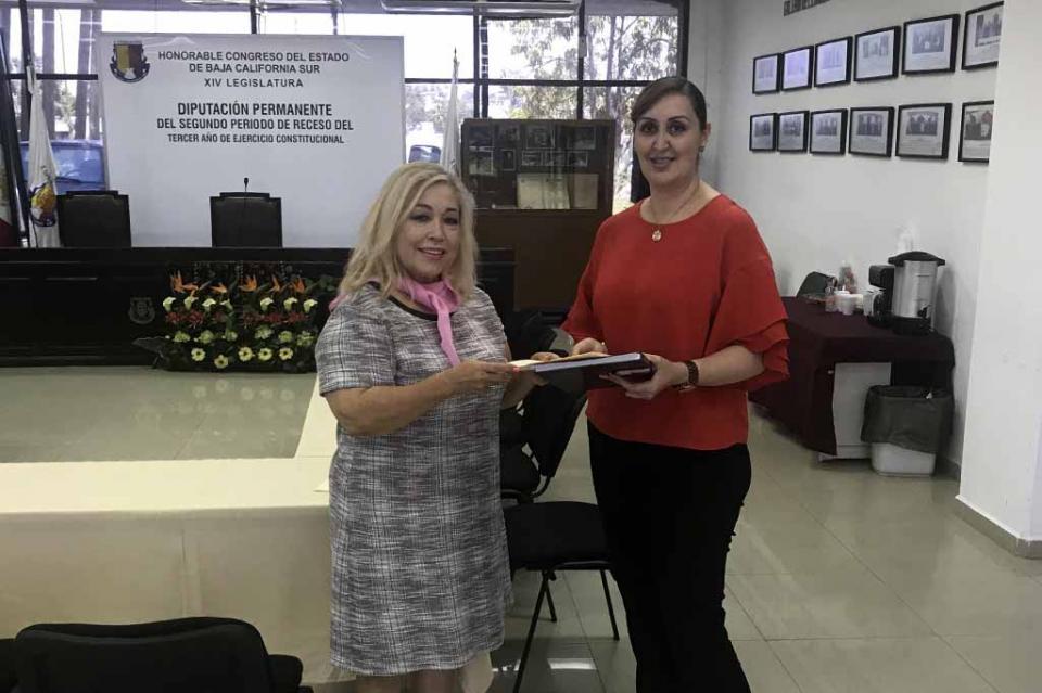 Entrega la Diputada Electa del PRI Anita Beltrán Peralta su constancia al Congreso del Estado