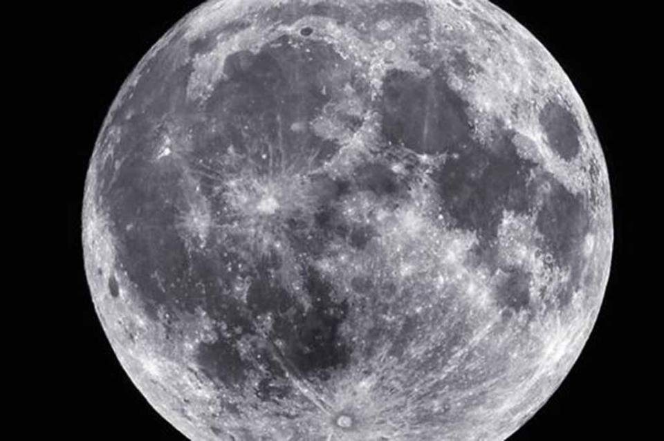 NASA confirma existencia de hielo en polos de la Luna