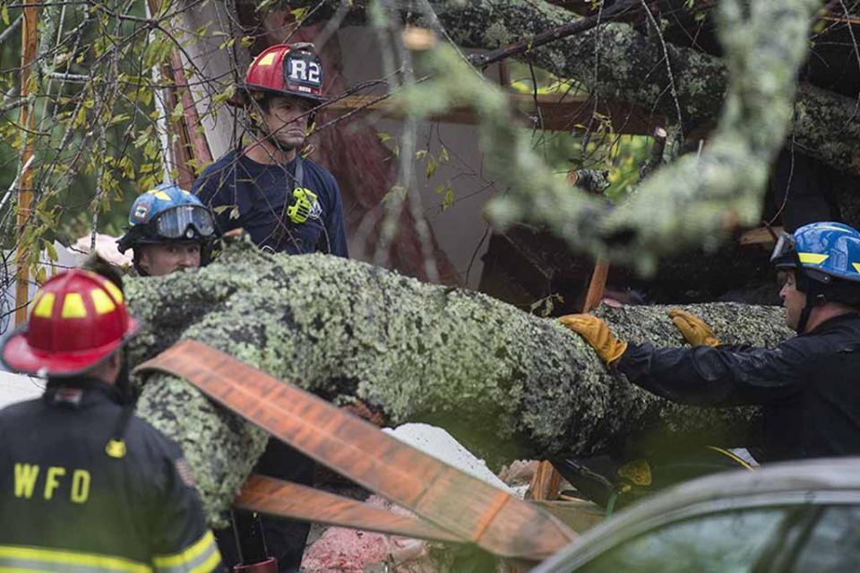 Una mujer y su bebé mueren por la caída de un árbol al paso del huracán Florence