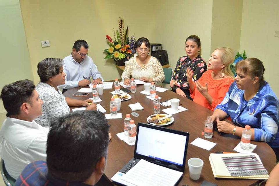 Escuchan diputadas del Congreso del Estado a representante de la Comunidad Lésbico Gay