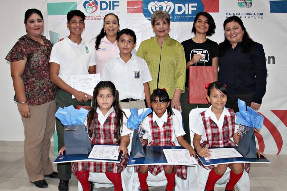 Entrega DIF Estatal reconocimientos a participantes de concurso nacional de dibujo