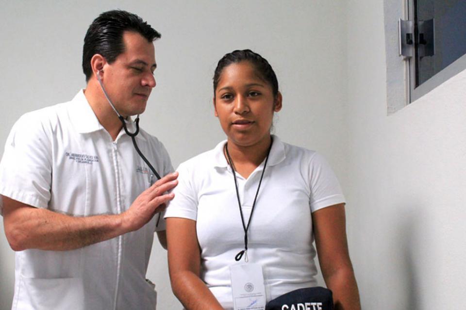 Salud entrega donación de material y equipo para consultorio de academia de Policía