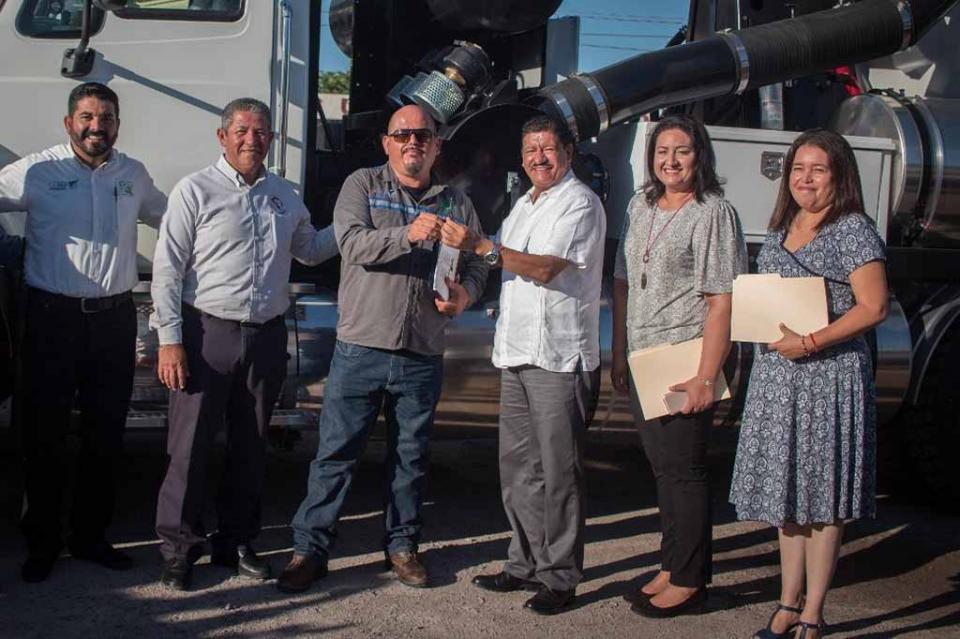 Entrega Alcalde de La Paz camión vactor y una grúa para beneficio del municipio