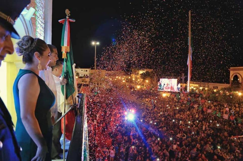 Como muestra de fervor Patrio Arturo De la Rosa da Grito de Independencia