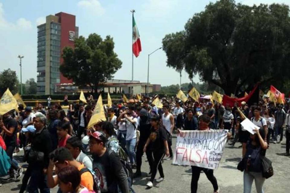 """Presuntos """"porros"""" agreden a estudiantes frente a Rectoría de la UNAM"""