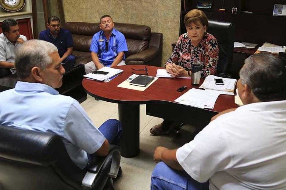 Atiende ayuntamiento de Los Cabos a representantes de sitio de taxis