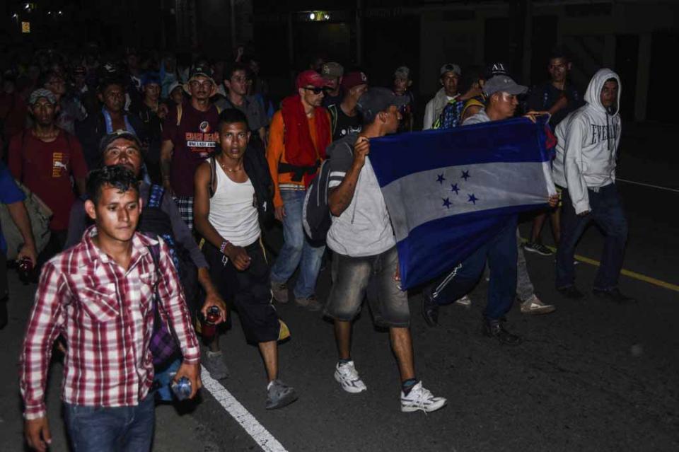 México permite ingreso de migrantes hondureños que permanecían en puente fronterizo
