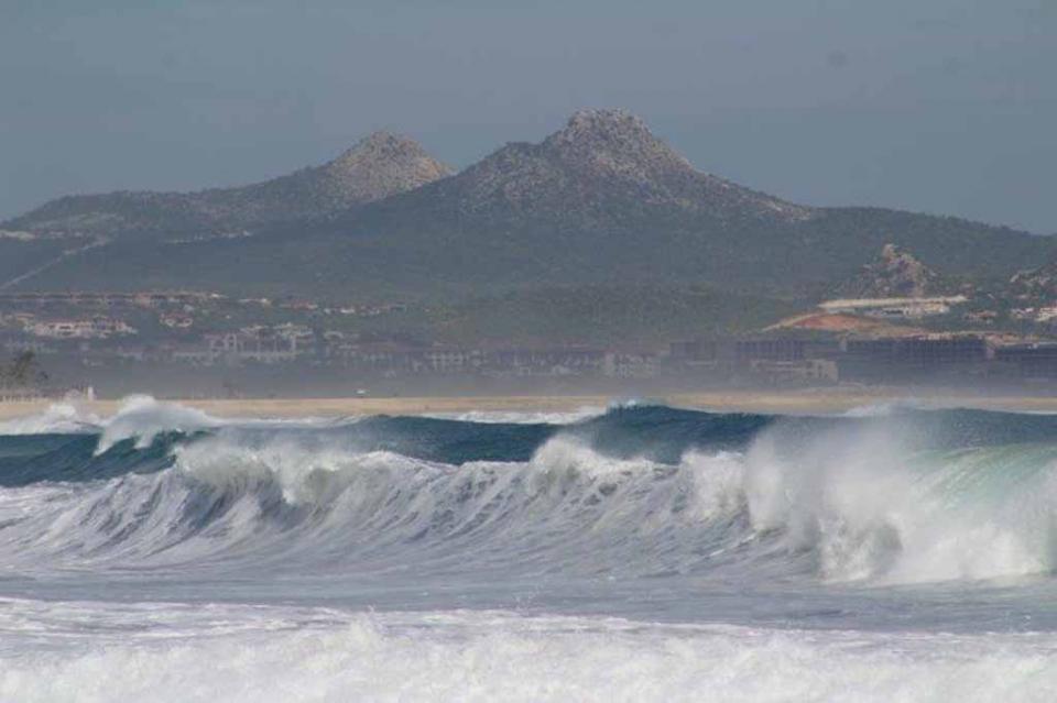 Banderas negras en playas de Los Cabos ante fuerte oleaje