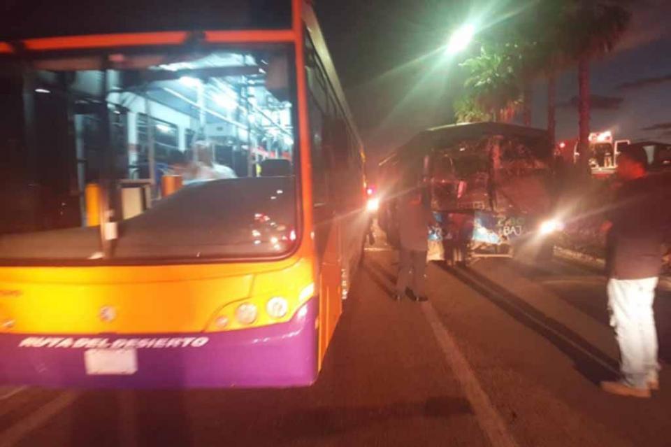 Choque entre camiones del transporte público deja al menos 20 lesionados