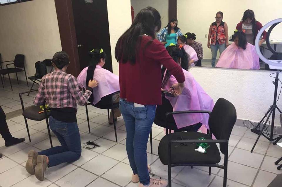 Inicia la CROC Curso de Peluquería Módulo Básico para mujeres emprendedoras de La Paz