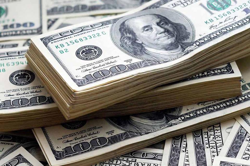 Dólar retrocede, se vende en 20.30 pesos en bancos capitalinos