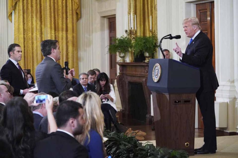 Suma televisora FOX su respaldo a la demanda de CNN contra Trump