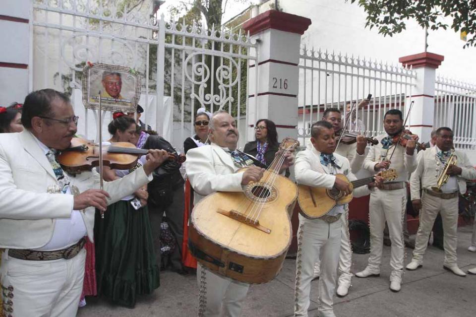 Funcionarios y ciudadanos desean feliz cumpleaños a López Obrador