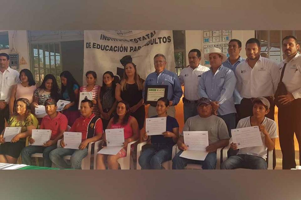 Más jóvenes y adultos cuentan con educación básica en BCS