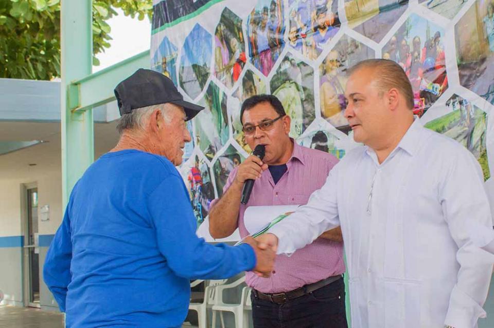 Entregan apoyos a 266 familias paceñas