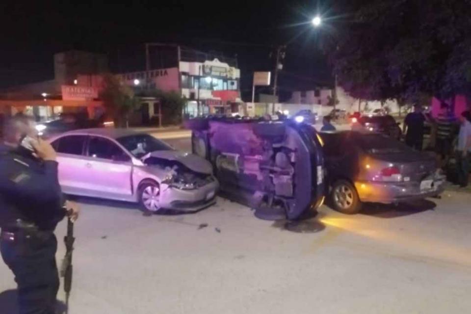 Choque y volcadura entre vehículos deja dos lesionados en calles de La Paz