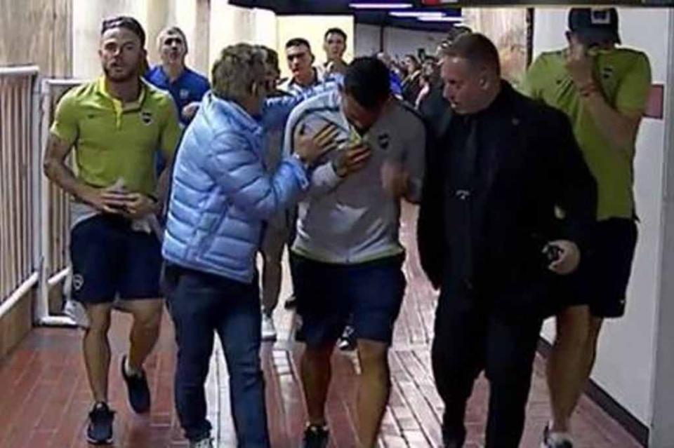Gasean a jugadores de Boca antes de final contra River por libertadores