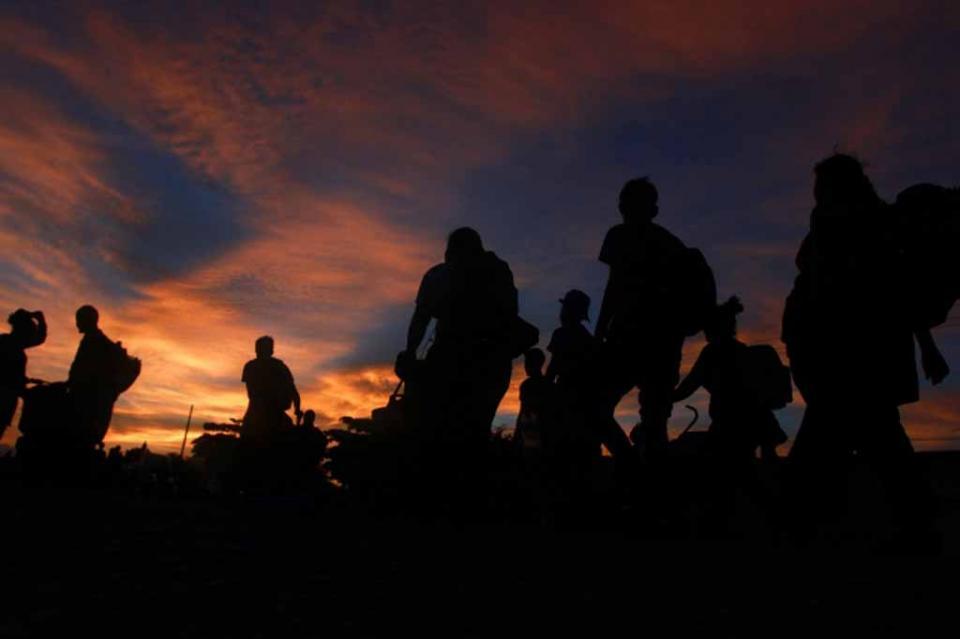 Desesperados, migrantes centroamericanos avanzan hacia Donají, Oaxaca
