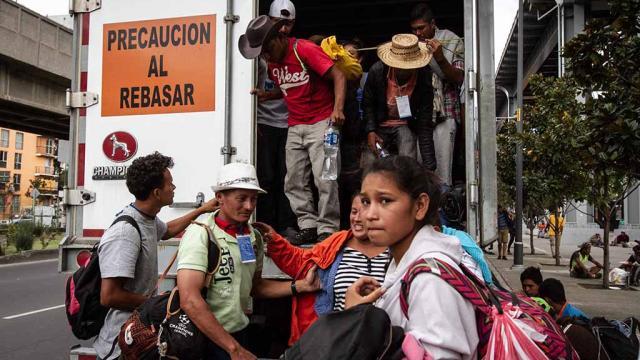 Olvidados y rezagados, migrantes de tercera caravana continúan en Ciudad de México