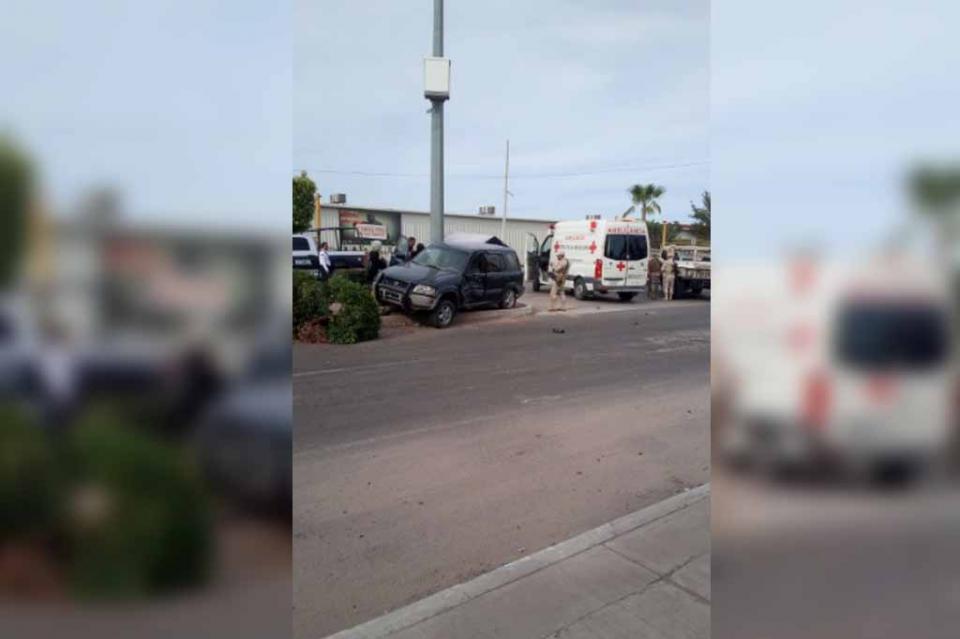 Choca vehículo particular contra unidad militar en Ciudad Constitución
