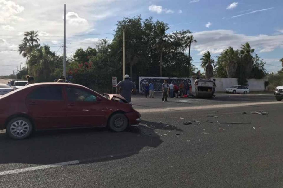 Chocan autos en carretera federal al norte y resultan dos personas lesionadas