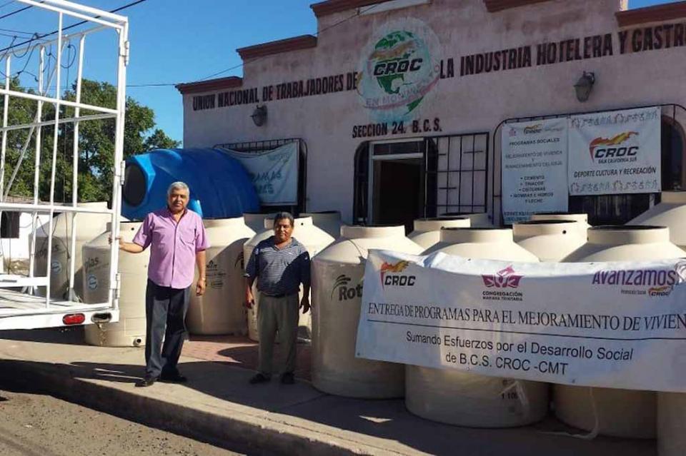 Llega la mano amiga de la CROC a Loreto; familias reciben tinacos para almacenamiento de agua